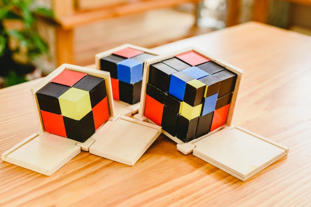 montessorifamily Cube du binôme et du trinôme en sensoriel